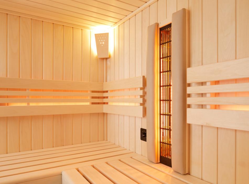 Ecke einer schönen Holz-Infrarotkabine mit Strahler und Ecklampe