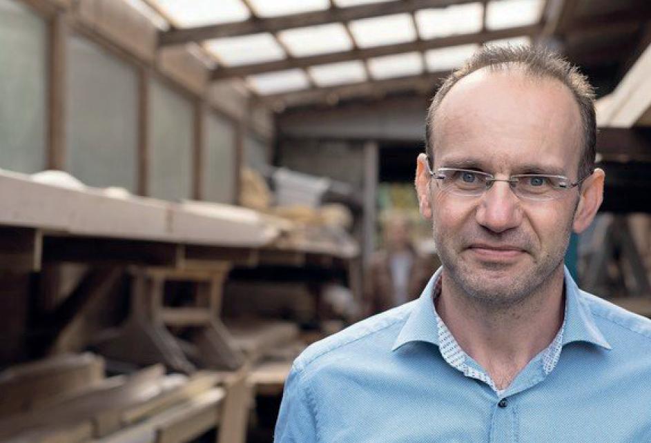 Ralf Hamann Inhaber von SAUNA WERK hamburg in seiner Tischlerei