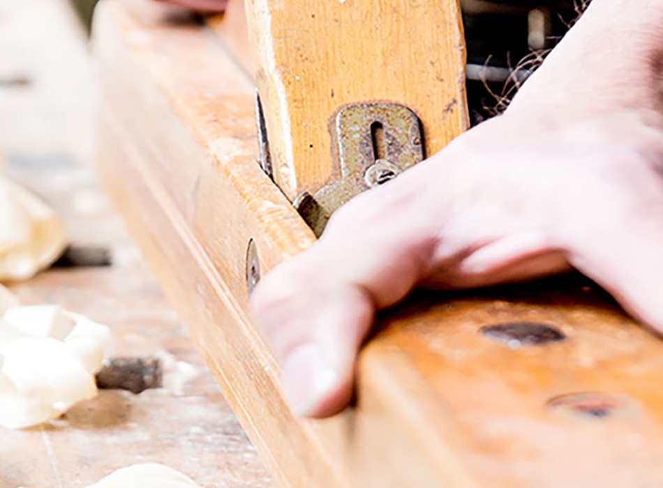 Tischler hobelt Holz